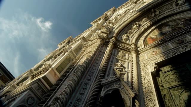 architecture - il duomo - florence - entrance door - レリーフ点の映像素材/bロール