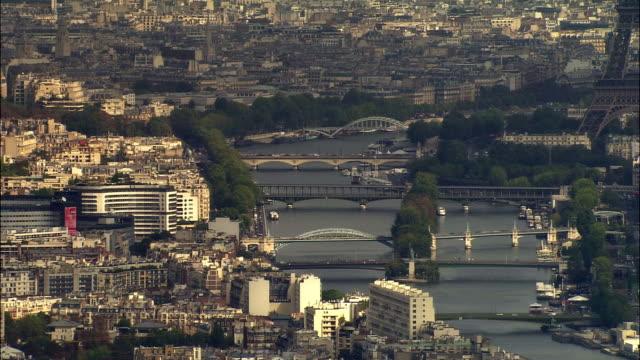 vidéos et rushes de aerial ile des cygnes and bridges over seine/ paris, france - pont de bir hakeim