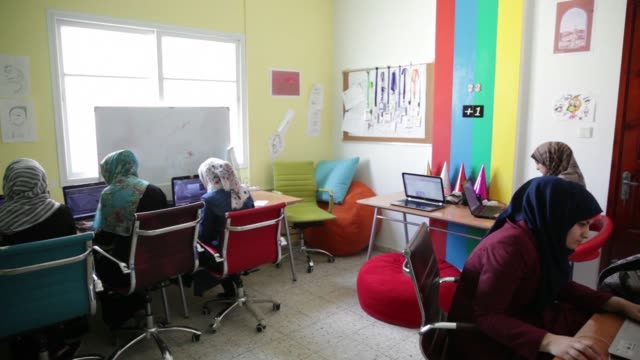 vidéos et rushes de iliana montauk, founder of gaza sky geeks, listens to a startup pitch proposal in the offices of gaza sky geeks in gaza city, gaza, on thursday, june... - directrice