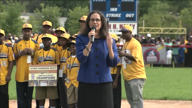 illinois attorney general lisa madigan speaks at chicago's jackie robinson west little league team celebration on august 27 2014 in chicago illinois - generalstaatsanwalt stock-videos und b-roll-filmmaterial