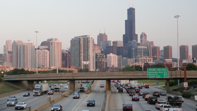 usa, illinois, chicago, view over the city skyline and interstate - 情報伝達サイン点の映像素材/bロール
