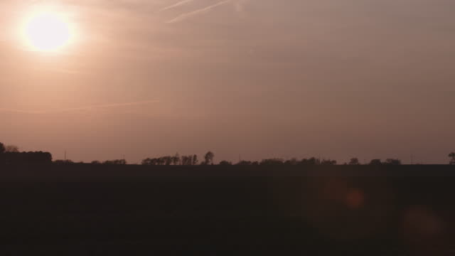 illinois farm landscape with sun - illinois stock-videos und b-roll-filmmaterial