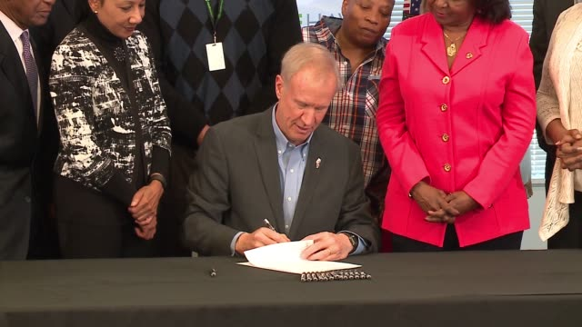 wgn illinois gov bruce rauner signed legislation ensuring that people released from prison receive a valid state identification card before departing... - soziale gerechtigkeit stock-videos und b-roll-filmmaterial