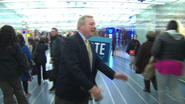 vídeos y material grabado en eventos de stock de illinois senator dick durbin greets constituents on election day, nov. 4, 2014 - distrito electoral