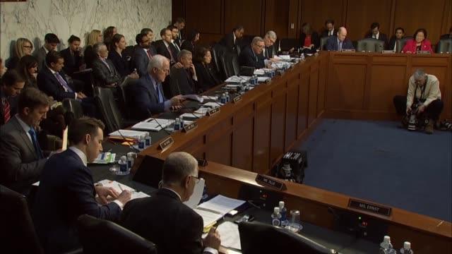 vidéos et rushes de illinois senator richard durbin asks justice department inspector general michael horowitz at a senate judiciary committee hearing about fisa... - authority