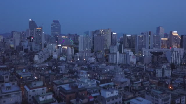 vídeos de stock, filmes e b-roll de illuminate city streets of seoul, overhead aerial - inclinar