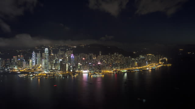vídeos y material grabado en eventos de stock de illuminated aerial view over hong kong island towards victoria peak showing the busy victoria harbour and financial district of central, hong kong, china, time-lapse - pico victoria