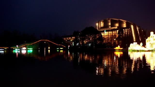 vídeos y material grabado en eventos de stock de iluminado edificio y china festivo linterna sobre el río de noche - arte decorativo