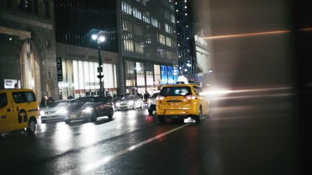 ニューヨークの近代的な建物によって照らされた車 - イエローキャブ点の映像素材/bロール