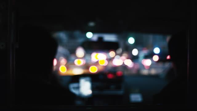 vidéos et rushes de ville illuminée vue de la voiture - siège arrière de passager