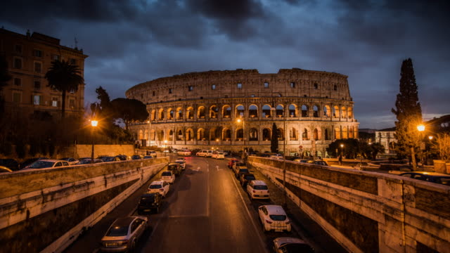 timelapse: illuminated coliseum at dusk, rome, italy - 4k cityscapes, landscapes & establishers - italy stock videos & royalty-free footage