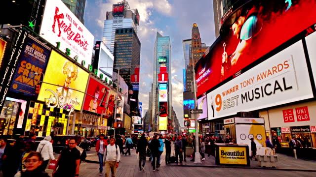 upplysta färgglada skyltar på times square, trångt med turister. resmål. - tourism bildbanksvideor och videomaterial från bakom kulisserna