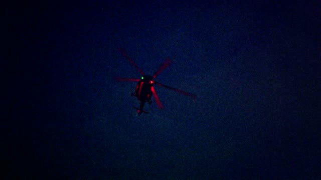 vídeos de stock e filmes b-roll de illuminated helicopter flying above city in the night - helicóptero