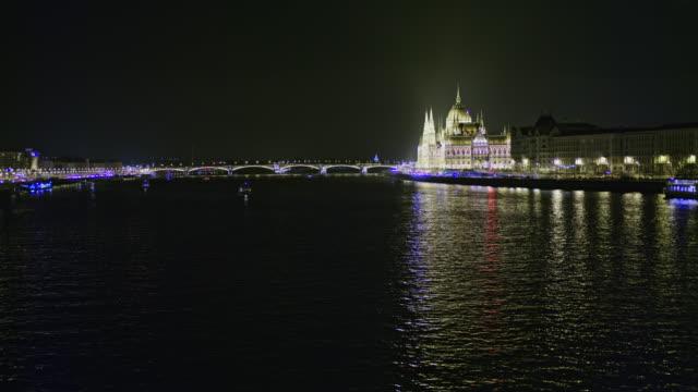 vídeos de stock e filmes b-roll de ws illuminated hungarian parliament building on the danube river at night,budapest,hungary - river danube