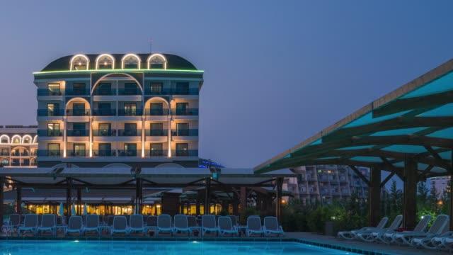 belysta lyx resort hotel på natten - utebassäng bildbanksvideor och videomaterial från bakom kulisserna