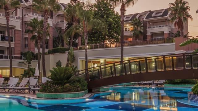 夜のライトアップされた高級リゾート ホテル - eco tourism点の映像素材/bロール