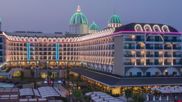 夜のライトアップされた高級リゾート ホテル - プールサイド点の映像素材/bロール