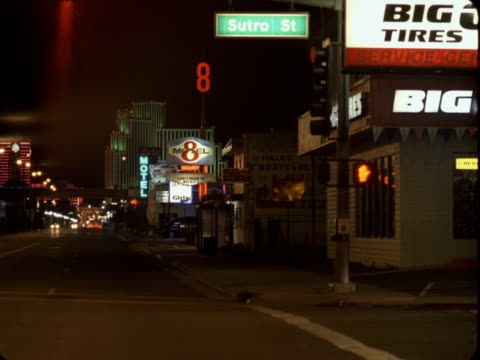 vidéos et rushes de ws, illuminated main street at night, reno, nevada, usa - plaque de rue