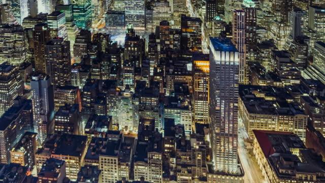 t/l ha tu beleuchtet wolkenkratzer in manhattan bei nacht - unendlichkeit stock-videos und b-roll-filmmaterial