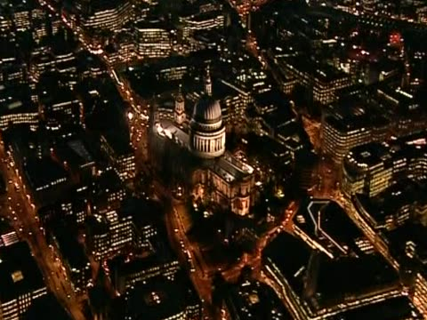 vídeos de stock, filmes e b-roll de illuminated st paul's cathedral rises from eastlondon at night - anglicano
