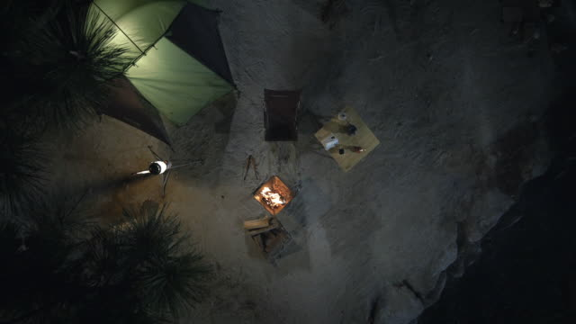 vídeos de stock, filmes e b-roll de illuminated tent with campfire - acampar