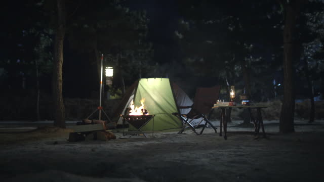 illuminated tent with campfire - tenda video stock e b–roll