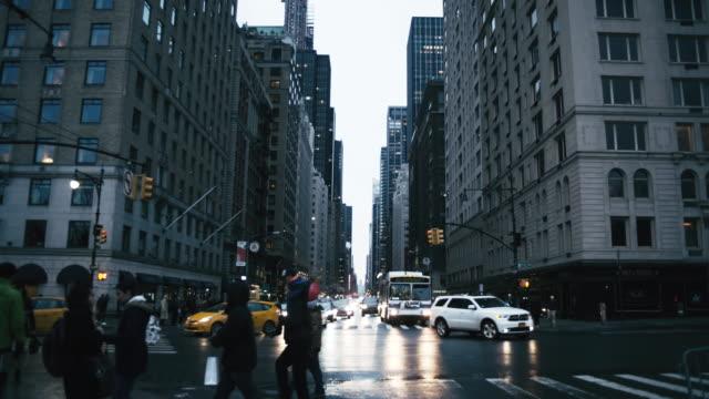 vidéos et rushes de véhicules illuminés au milieu des bâtiments à new york - taxi jaune