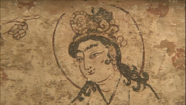 illustrated legend of gradual westward move of silkworm eggs: close-up; the women on the right: close shot; zoom in to her crown. - 西方拡大点の映像素材/bロール