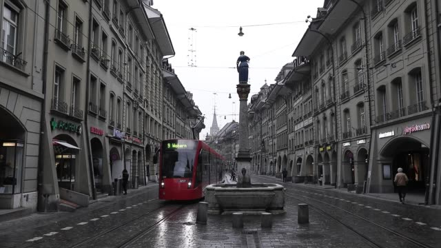 illustration of a tramway passing through the historic city center on 1st, 2019 in bern, switzerland. - 路面軌道点の映像素材/bロール
