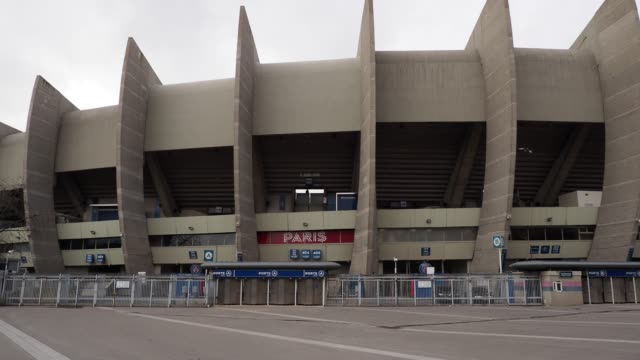 illustration view of the parc des princes , after rules to limit the spread of coronavirus covid-19 have been put in place at parc des princes on... - stabilimento sportivo video stock e b–roll