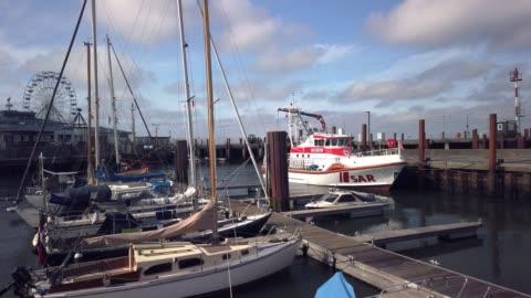 im sommer bei sonnenschein: das rettungsboot pidder lüng im lister hafen. - tina terras michael walter stock-videos und b-roll-filmmaterial