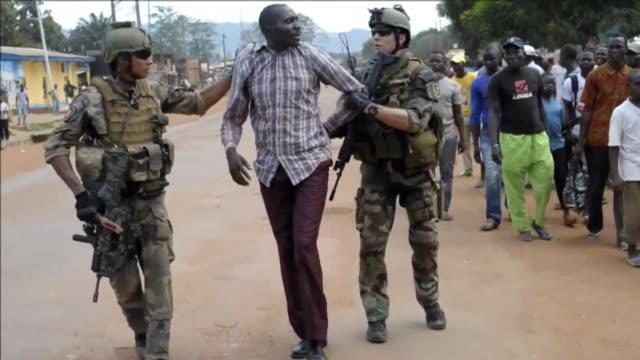 imagenes exclusivas de afp muestran la detencion este lunes de supuestos miembros de la coalicion rebelde seleka por parte de soldados franceses... - army soldier stock videos & royalty-free footage