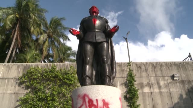 "images of two statues representing christopher columbus and juan ponce de leon vandalized with red paint in central miami during a small ""black lives... - cristoforo colombo video stock e b–roll"