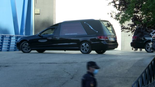 images of workers and vehicles, including a hearse, entering and leaving the palacio de hielo shopping centre in madrid where an ice rink has been... - hielo stock-videos und b-roll-filmmaterial