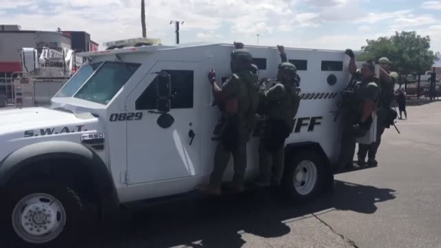 vídeos de stock, filmes e b-roll de images show swat team members arriving at the site of the deadly shooting in el paso, texas - tiroteio