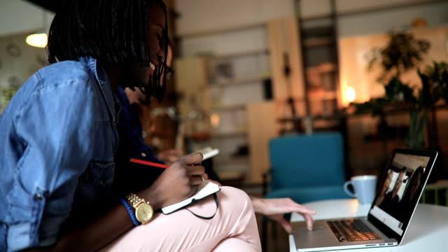 vídeos de stock, filmes e b-roll de ideias criativas na pausa para o café - geração millennial