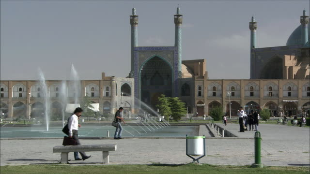 WS Imam Khomeini Mosque with fountain in foreground, Naghsh-e Jahan Square, Isfahan, Iran