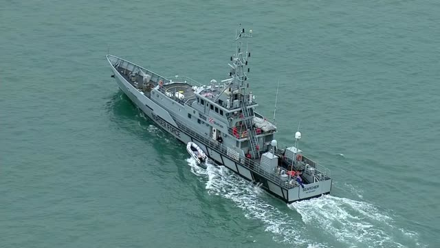 uk border force patrol ship aerials england kent dover uk border force patrol cutter hmc searcher / dinghy attached to side of boat / boat returning... - イングランド ケント点の映像素材/bロール