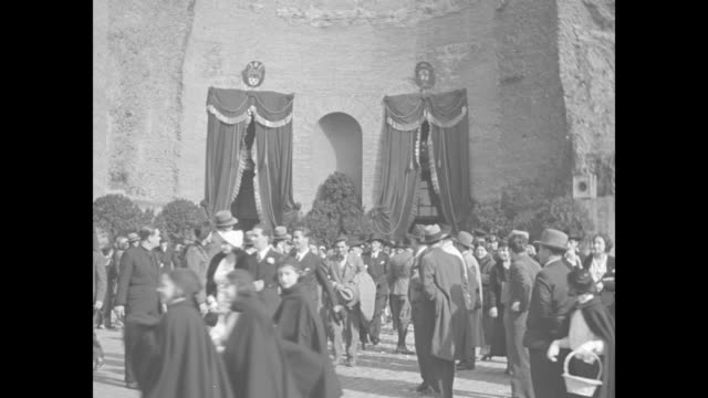 ws immense crowd in rome street / newly married couples exit mass wedding held at a rome ruin spectators look on the mass wedding is part of benito... - benito mussolini video stock e b–roll