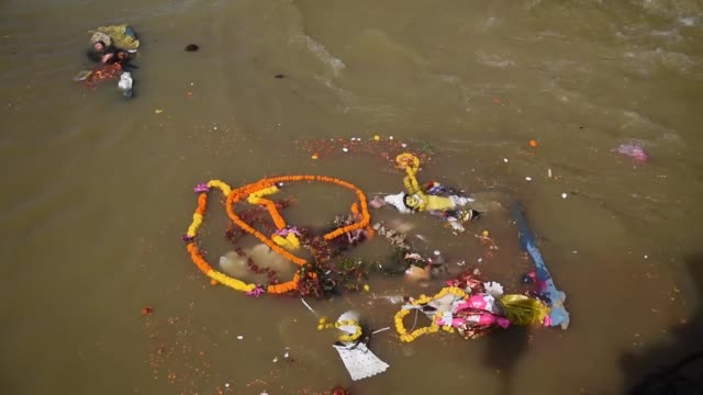 vidéos et rushes de immersed goddess durga in the river brahmaputra on the last day of the hindu festival durga puja festival in gauhati, india on october 26, 2020. the... - fête religieuse