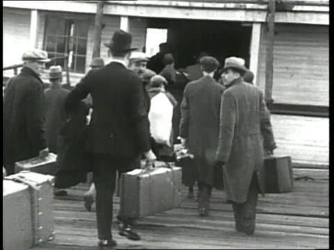 immigrants arrive on ellis island - einwanderer stock-videos und b-roll-filmmaterial