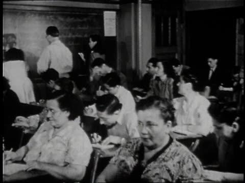 vídeos y material grabado en eventos de stock de 1946 montage immigrants in classroom / united states - inmigrante