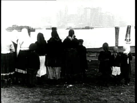 immigrants view the manhattan skyline from ellis island - emigration and immigration点の映像素材/bロール