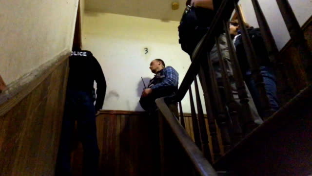 us immigration and customs enforcement officers try to locate a wanted undocumented mexican immigrant at his bushwick apartment before arresting him... - ufficiale grado delle forze armate video stock e b–roll