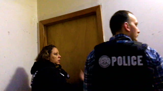 immigration and customs enforcement , officers try to locate a wanted undocumented mexican immigrant at his bushwick apartment before arresting him... - 犯罪点の映像素材/bロール