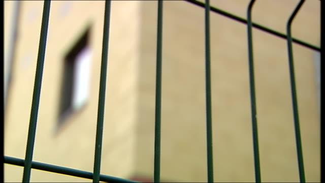 vídeos y material grabado en eventos de stock de immigration dominates prime minister's questions t22081406 ext various views of harmondsworth immigration detention centre - prime minister's questions
