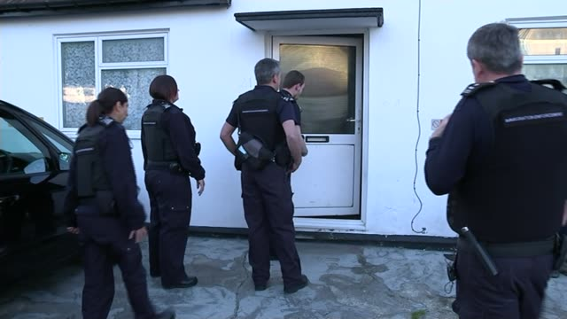 government unveils new measures against illegal immigrants; lib / tx 21.5.2015 ealing: immigration officer shouting through letterbox of house where... - letterbox bildbanksvideor och videomaterial från bakom kulisserna