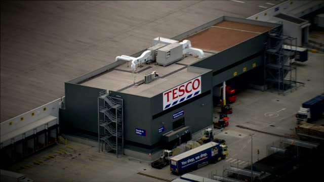 labour minister chris bryant 'climbdown' on foreign workers claim england essex dagenham tesco distribution centre - tesco点の映像素材/bロール