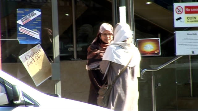 vídeos de stock, filmes e b-roll de immigration minister rules out burqa ban in britain england ext muslim women in street wearing niqab headscarves - vestimenta religiosa