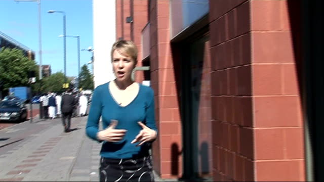 vídeos de stock, filmes e b-roll de immigration minister rules out burqa ban in britain england woman in burqa in newsagents shop woman in burka along street reporter to camera int... - vestimenta religiosa